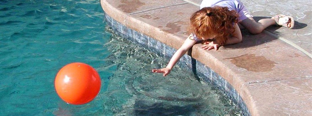 Niña de 22 meses muere ahogada al intentar rescatar a su muñeca