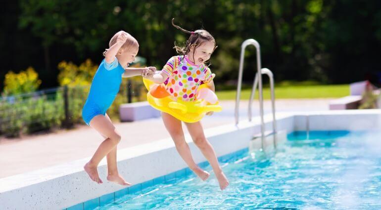 Consejos para el baño seguro de tus hijos en la piscina