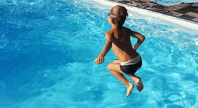 Un niño de 2 años muere por ahogamiento en la piscina de una urbanización